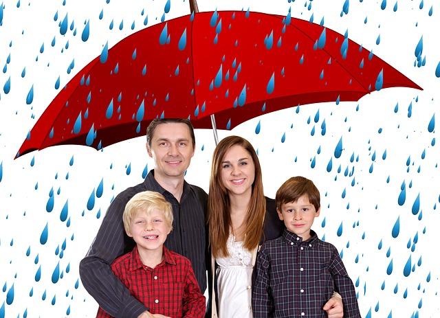 deštník chrání rodinu