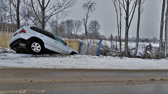 sjetí auta do příkopu v zimě
