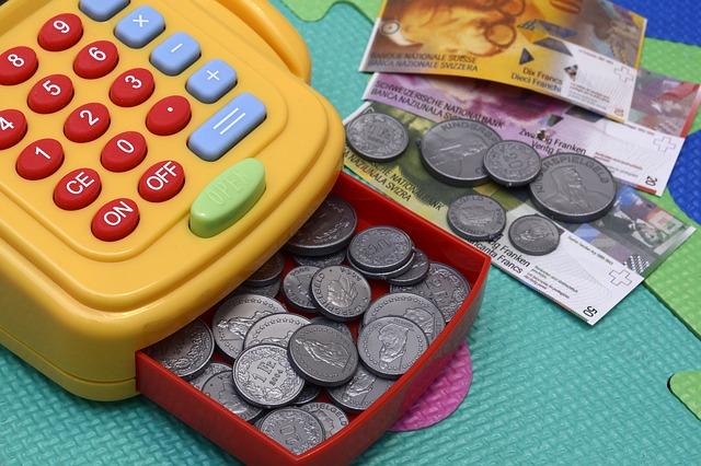 dětská pokladnička s mincemi