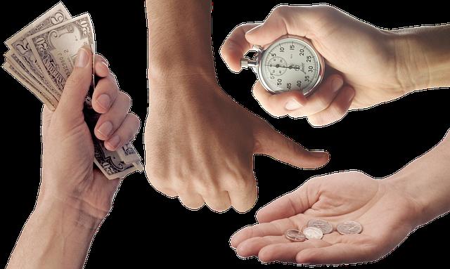 čtyři ruce se stopkami, bankovkami a mincemi