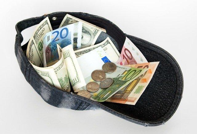 peníze v kšiltovce