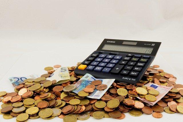 peníze a kalkulačka