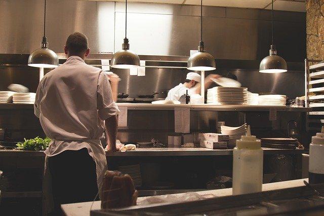 práce v kuchyni